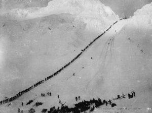 Miners_climb_Chilkoot